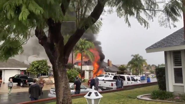 Small Plane Crashes in California s Yorba Linda, Setting Fire to Home