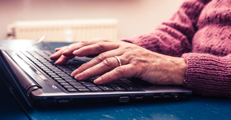 Illustration for article titled Pretenden que una anciana de 82 años pague 770 euros por descargar una película en 2013