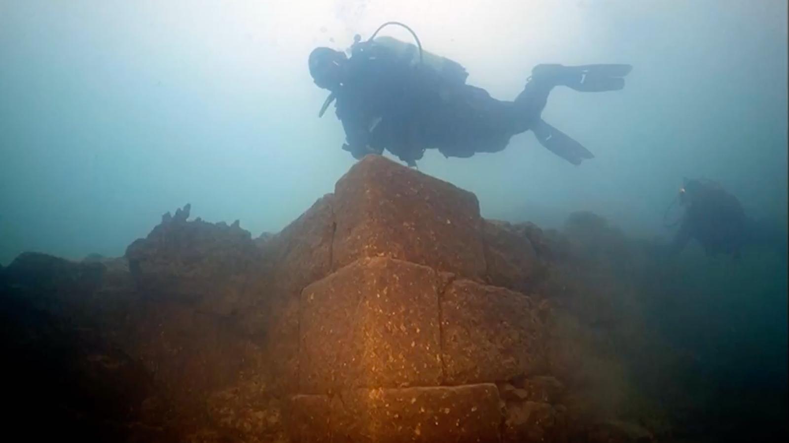 Arqueólogos descubren un misterioso castillo de hace 3.000 años sumergido en el mayor lago de Turquía