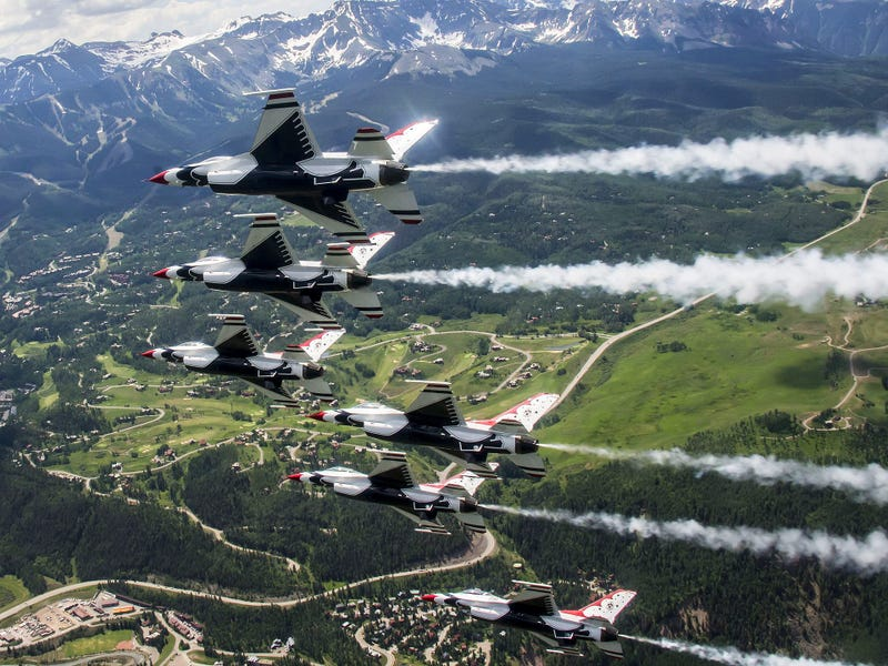 Illustration for article titled Look At These Striking Images Of The Thunderbirds Soaring Over Telluride