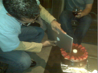 Illustration for article titled HP Employee Slices Birthday Cake, Fanboy Hearts With MacBook Air