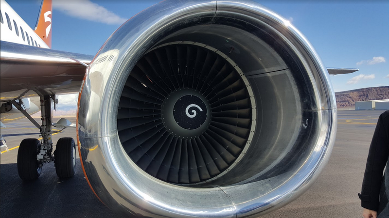 Illustration for article titled Here's What Those White Spirals  Inside Airplane Engines Are For