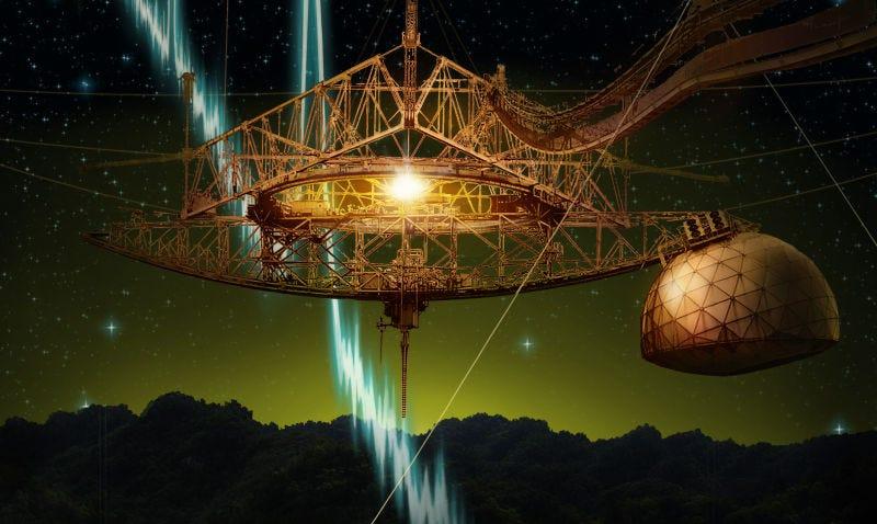 Interpretación artística del pulso sobre una imagen nocturna del Radiotelescopio de Arecibo. Imagen: Danielle Futselaar