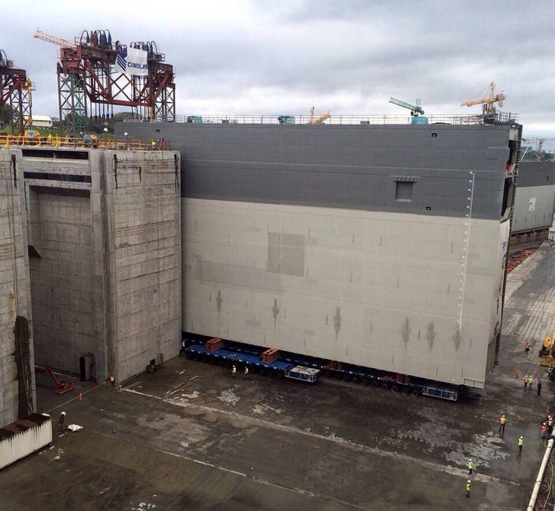 Illustration for article titled Awesome photos of the Panama Canal lock gates being installed