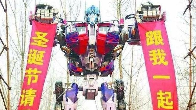 Illustration for article titled Man in China Builds Giant Transformers Replica to Propose to Girlfriend