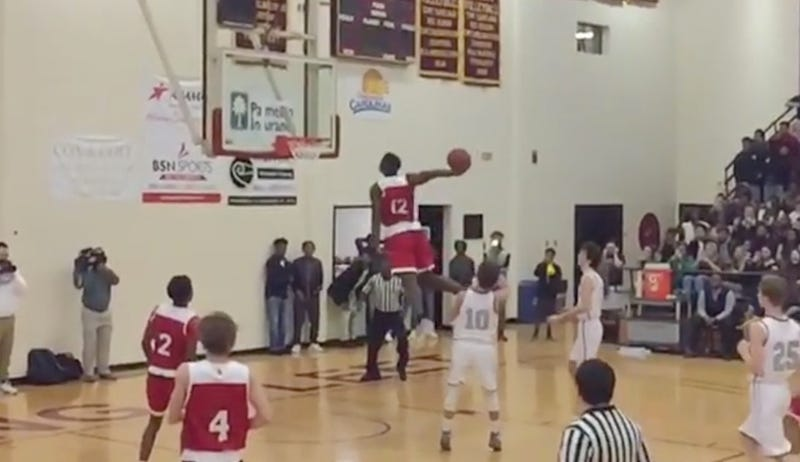 Illustration for article titled High School Phenom Zion Williamson Dunked The Living Hell Out Of This Dunk