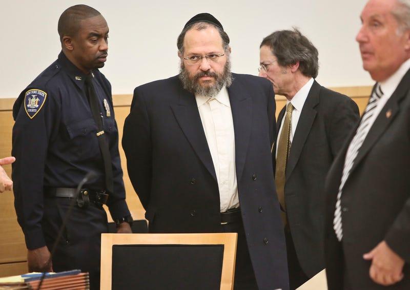 Illustration for article titled Ez történt, amíg aludtál: molesztáló rabbi, molesztáló műsorvezető