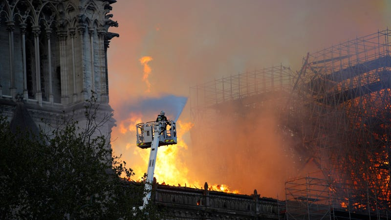 Illustration for article titled Un incendio devora la catedral de Notre Dame en París
