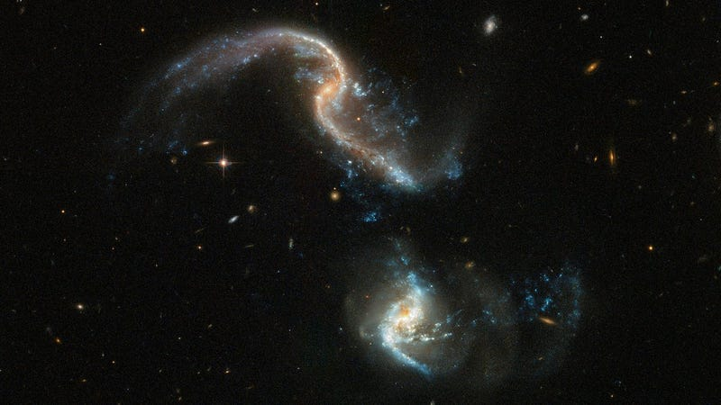 Illustration for article titled The Hubble Space Telescope Captured This Beautiful Image of Two Galaxies Merging
