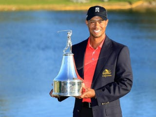 Tiger Woods with trophy after Sunday's victory (David Cannon/Getty Images)
