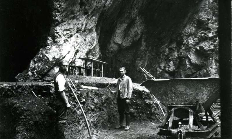 La excavación en la cueva en el suroeste de Alemania, en 1937. momento en el se descubrió un fémur de 124.000 años. Photo Museum Ulm