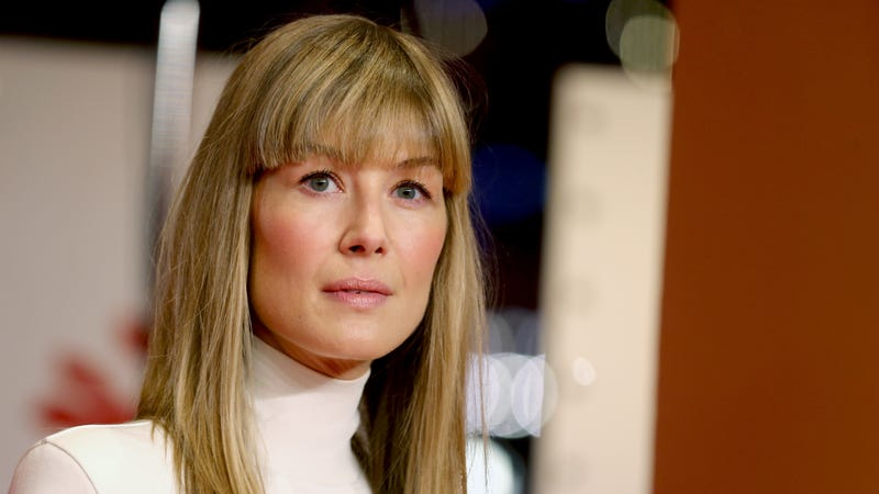 """Illustration for article titled Rosamund Pike was asked to strip to become a Bond girl, said """"Sod that"""""""