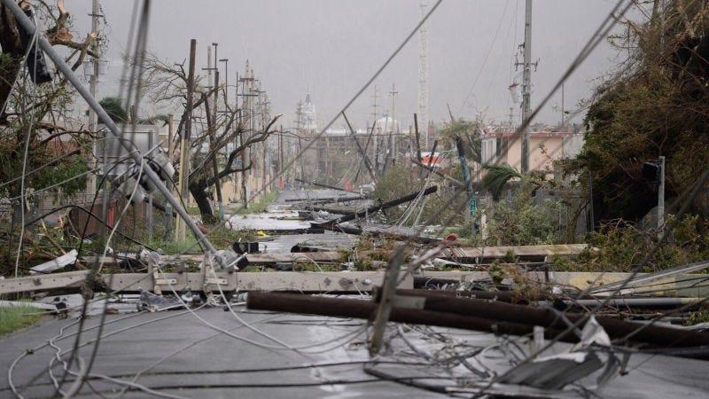 Postes y líneas eléctricas derribadas sobre una carretera en Humacao, Puerto Rico. (Foto: AP Images)