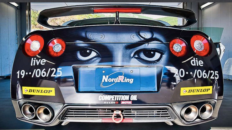Illustration for article titled Who paints a Michael Jackson memorial mural on a Nissan GT-R?