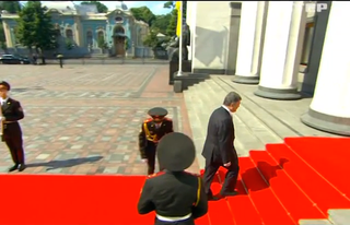 Illustration for article titled Hajszál híján oldalba fejelte a díszkatona az új ukrán elnököt
