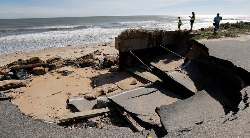 """La erosión no solo """"devora"""" la playa. También amenaza las construcciones costeras. Foto: huracán Matthew. AP Images"""
