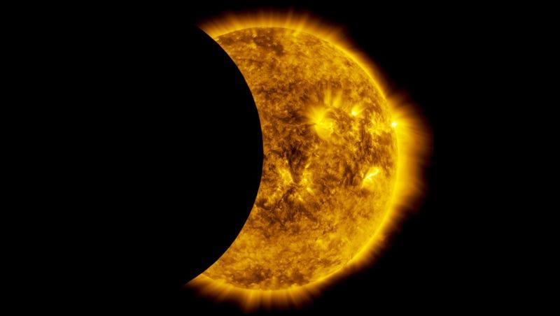 Illustration for article titled Así verías un eclipse solar si estuvieras a 36.000 kilómetros de altura