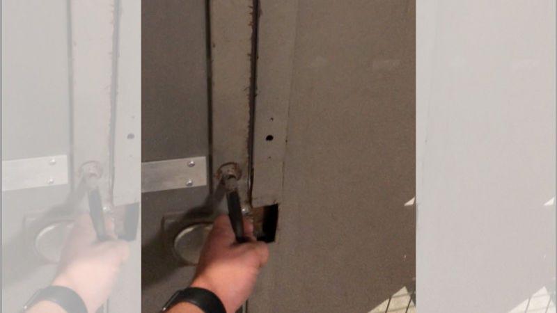 Illustration for article titled ¿Quién es el genio que diseñó esta puerta de seguridad para uno de los cuarteles de Amazon?