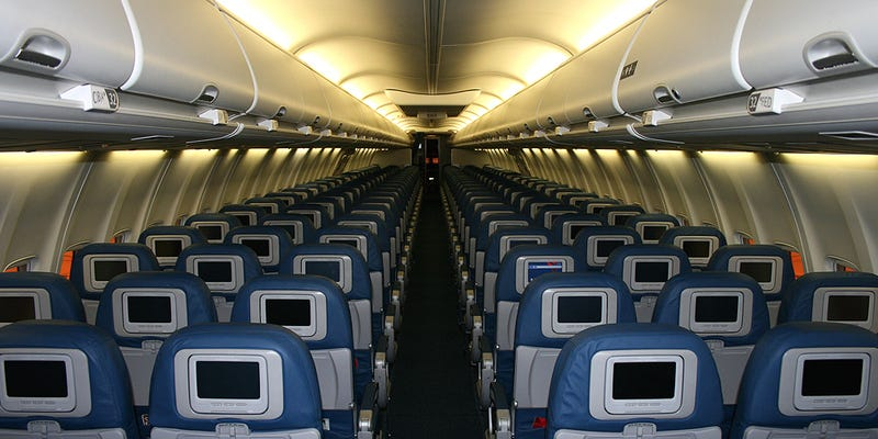 Avión comercial con los asientos alineados de frente a la cabina. Wikimedia Commons