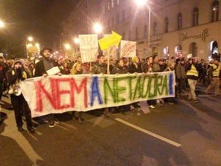 Illustration for article titled A hangulat forradalmi, a menet elindult az Erzsébet híd felé