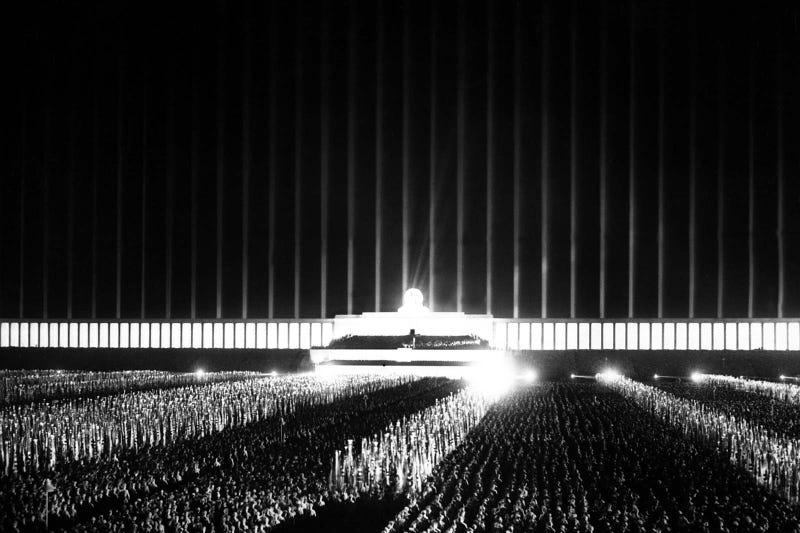 Illustration for article titled Así era la descomunal catedral del nazismo: un edificio de luz en el que el reich escenificaba sus mayores eventos