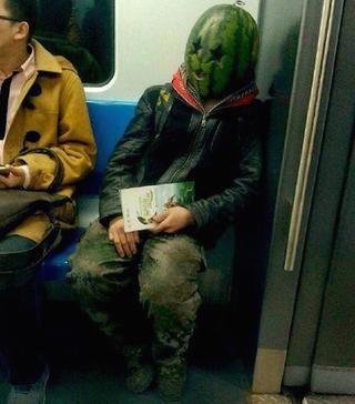 Illustration for article titled Dinnyefejű ember ijesztgette a pekingi metró utasait
