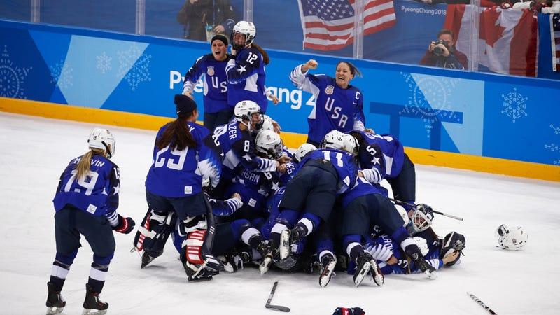 canada-girls-hockey-celebrate-video-miley-cyrus-neude-pic