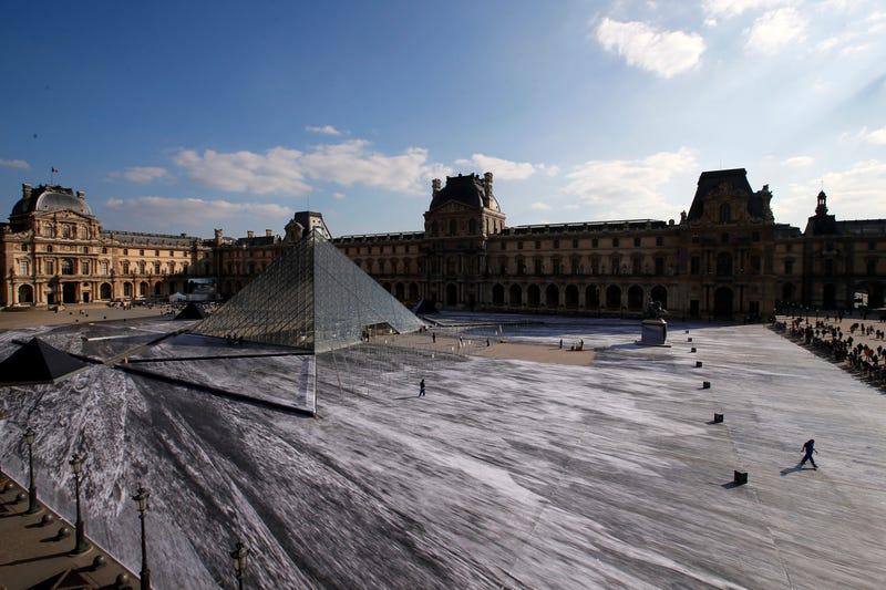 Esta impresionante ilusión óptica en el Louvre duró apenas 24 horas, lo que tardó el público en destruirla