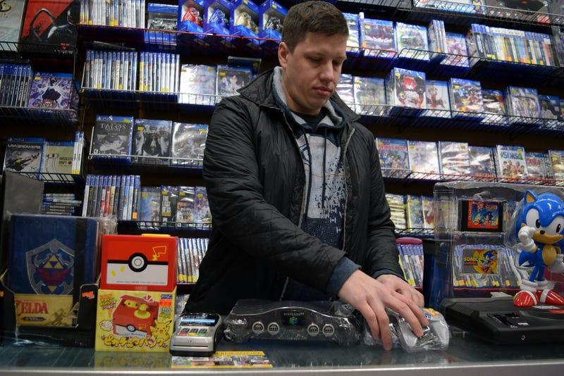 Daniel Mastin prepares a Nintendo 64 console bundle at Video Games New York. Photo: Cecilia D'Anastasio/Kotaku