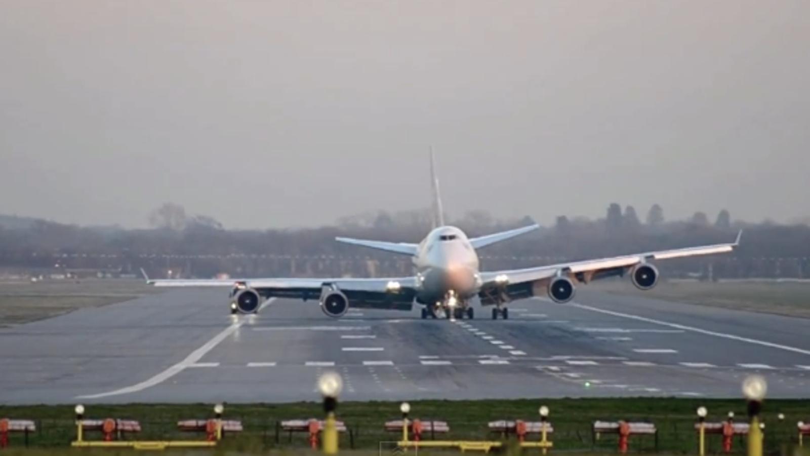 Un Boeing 747 aterriza de emergencia sin un tren de aterrizaje