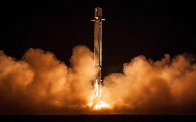 El aterrizaje del Falcon 9 después de poner en órbita al satélite Zuma. (Foto: SpaceX)