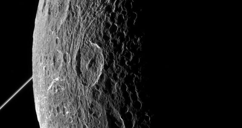 Illustration for article titled Impresionantes imágenes de una de las lunas de Saturno a solo 500 km