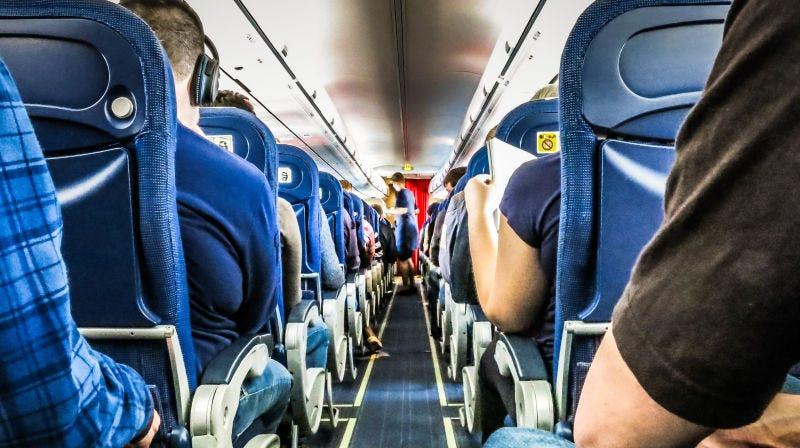 Cómo sobrevivir sentado en un vuelo largo, según un fisioterapeuta