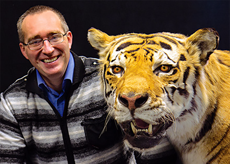 Mikhail Paltsyn posa juntom a un ejemplar disecado de tigre del Caspio. Foto: Wendy O. Osborne / ESF