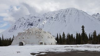 Illustration for article titled A bizarre igloo-shaped hotel lies unfinished and abandoned in Alaska