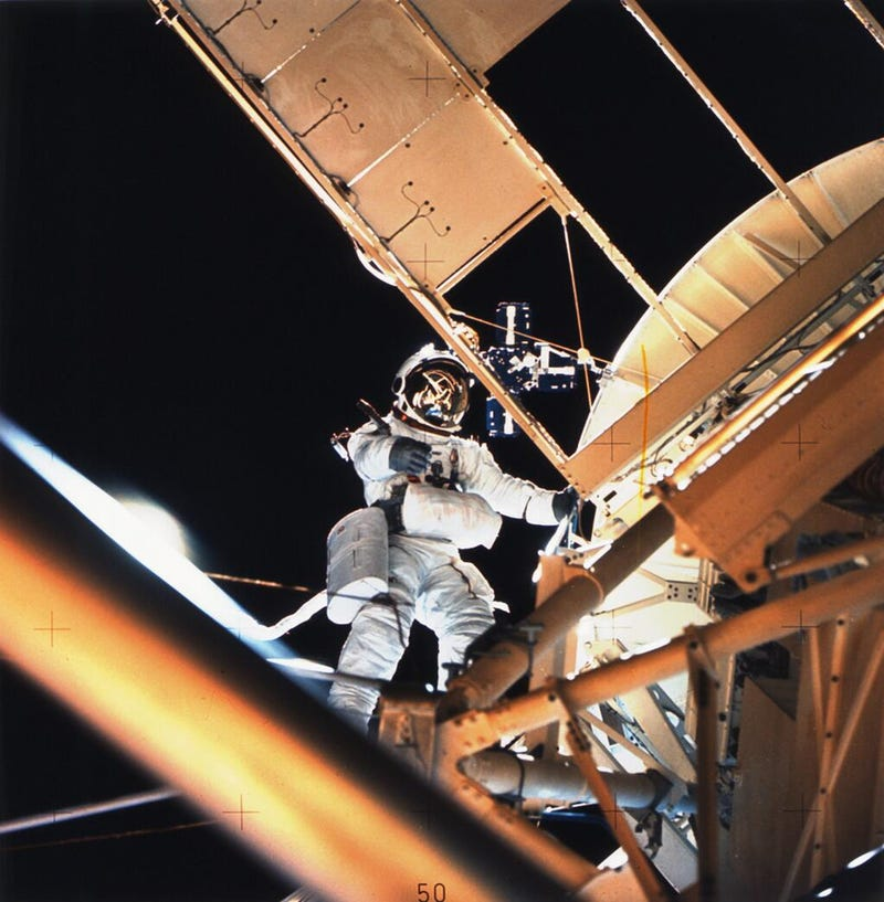 Illustration for article titled Dusting the Exterior of Skylab