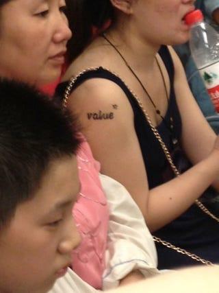 Illustration for article titled Végre itt a random angol szót magára tetováltató kínai