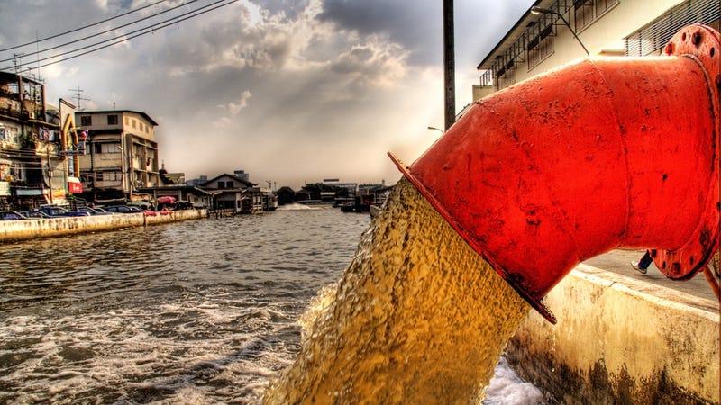 Aguas residuales vertidas en el río de Bangkok. Imagen: Trey Ratcliff / Flickr