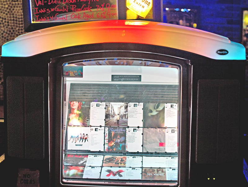 Illustration for article titled Jukebox Pretending Oasis CD Too Scratched To Play