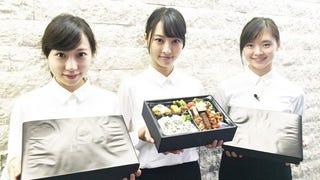 Illustration for article titled Lányokkal maxolták ki a céges ebédet Tokióban