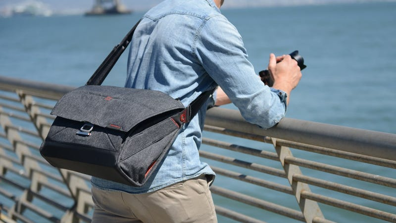 Bolsa estilo mensajero de Peak Design   $185+   MassDropFoto: Amazon