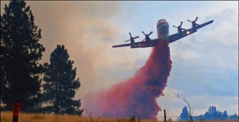 Illustration for article titled Watch This Air Tanker Yaw Like Mad While Dropping Fire Retardant