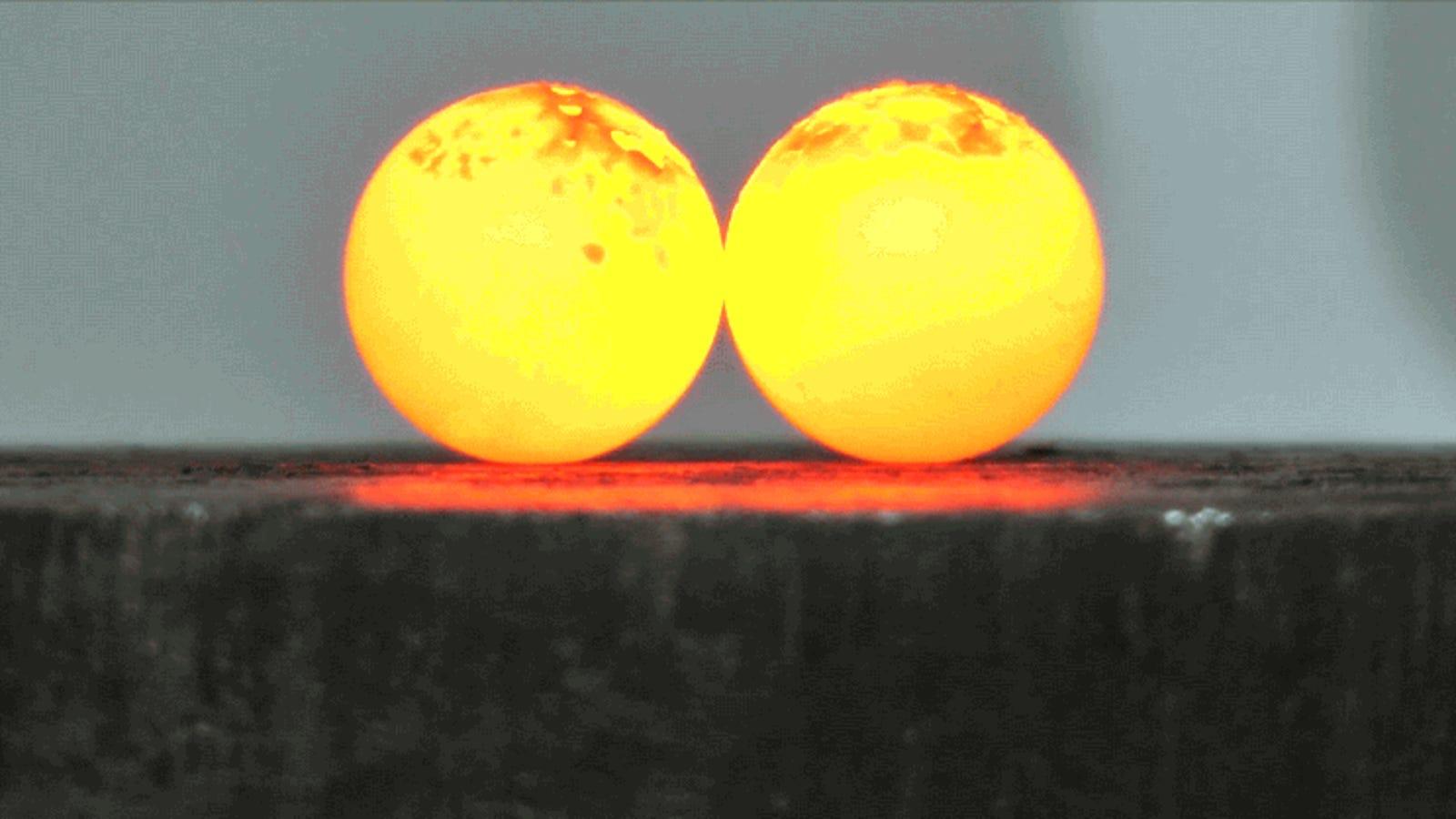 Dos clásicos de Internet enfrentados: bola de níquel al rojo vivo contra prensa hidráulica
