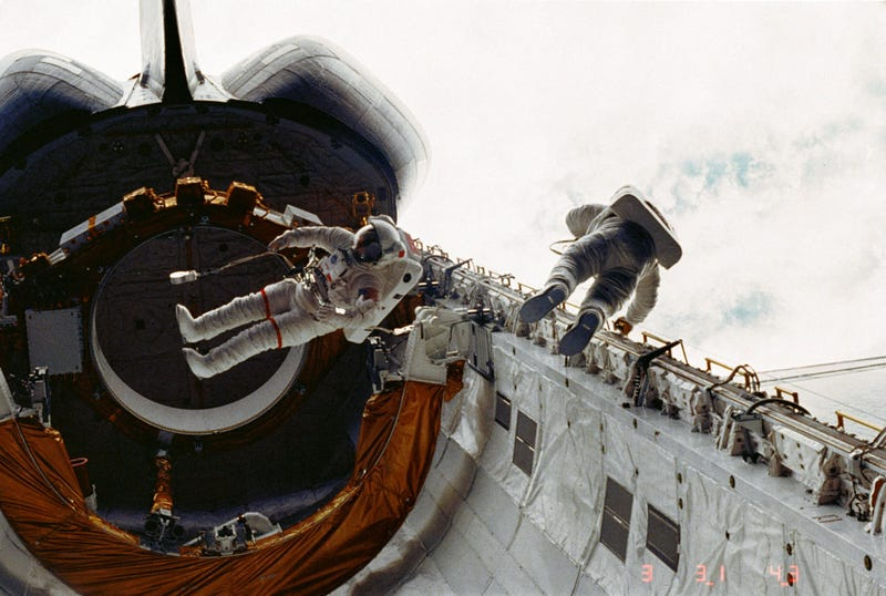 Illustration for article titled Your New Desktop Wallpaper: The First Spacewalk of the Shuttle Program