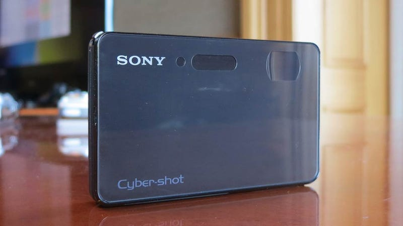Illustration for article titled Sony's Underwater Cybershot TX200V Is the iPhone's Fat Photo-Taking Cousin
