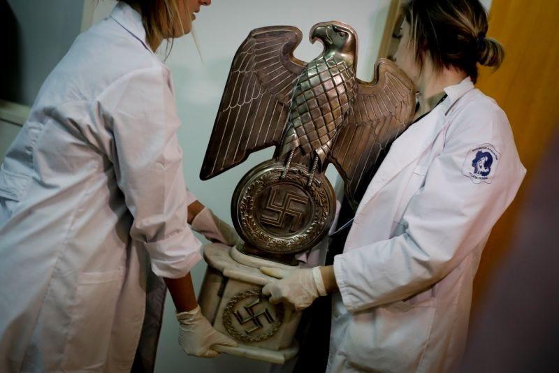 Miembros de la Policía Federal de Argentina trasladan la estatua de un águila. Foto: AP Photo / Natacha Pisarenko
