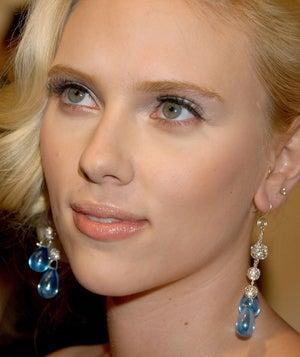 Illustration for article titled Scarlett Johansson: Dreaming Of A White Wedding?