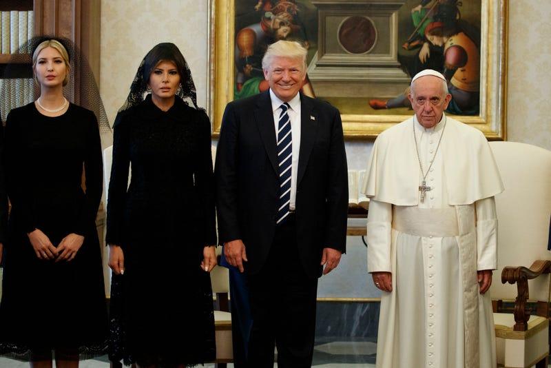 Ivanka Trump, la primera dama Melania Trump y el presidente Donald Trump de pie junto al papa Francisco durante una reunión el 24 de mayo de 2017 en el Vaticano (AP Photo / Evan Vucci)
