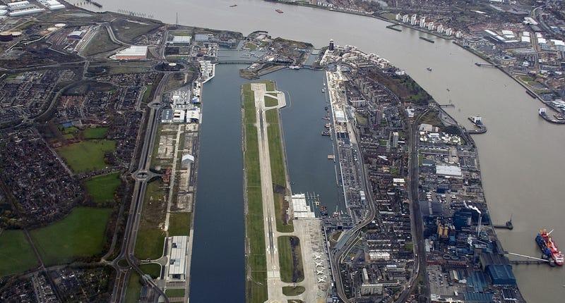 Imagen aérea del aeropuerto junto al Támesis. Wikimedia Commons