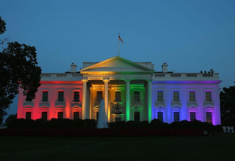 Illustration for article titled Nemcsak a Fehér Ház lett szivárványszínű tegnap este
